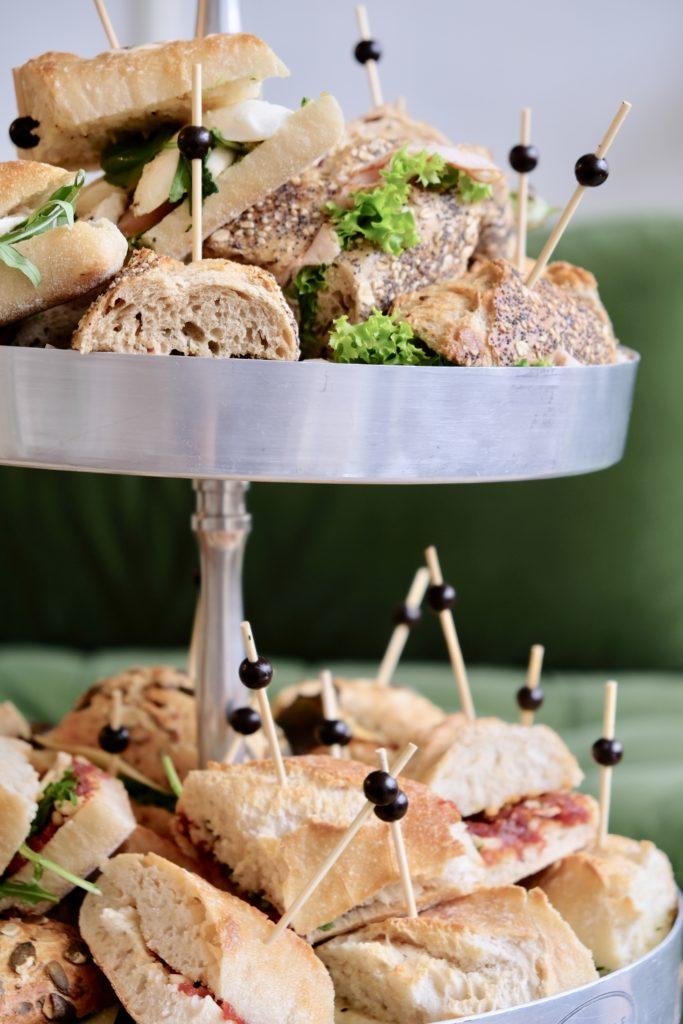 Broodjes stokbrood op schaal opgediend in vergaderruimte de salon in den bosch als lunch met sla