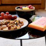 Noten druiven fruit tony chocolony lekkernijen en andere snack als arrangement bij vergaderruimte de salon