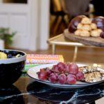Druiven noten energierepen Tony Chocolony en ander lekkers in vergaderruimte De Salon in Den Bosch
