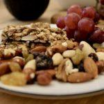 Noten druiven en allerlei soorten snacks als arrangement bij vergaderruimte de salon in den bosch