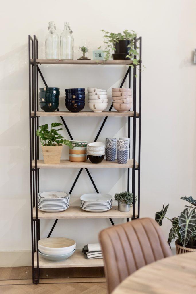 Kast met schaaltjes en planten en stoel in vergaderruimte de salon in den bosch
