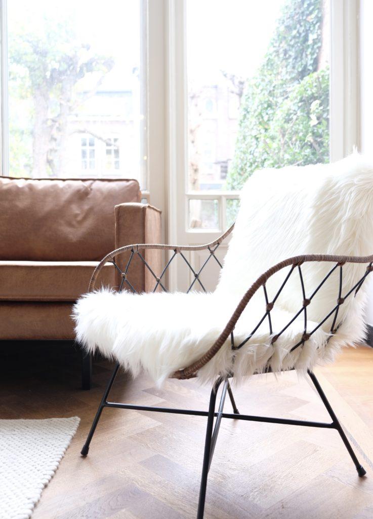 Witte bonte stoel en bruine leren bank in zitruimte vergaderzaal de salon in den bosch