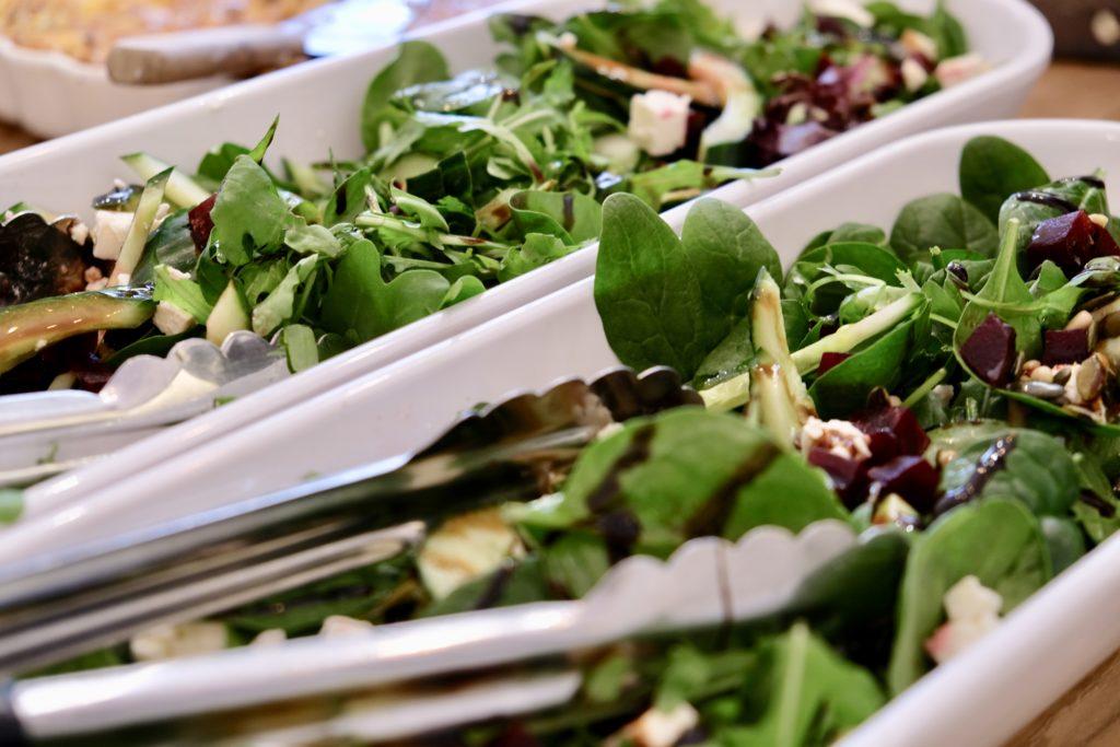 Salade met pijnboompitten sla en bietjes lunch in vergaderruimte De Salon in Den Bosch